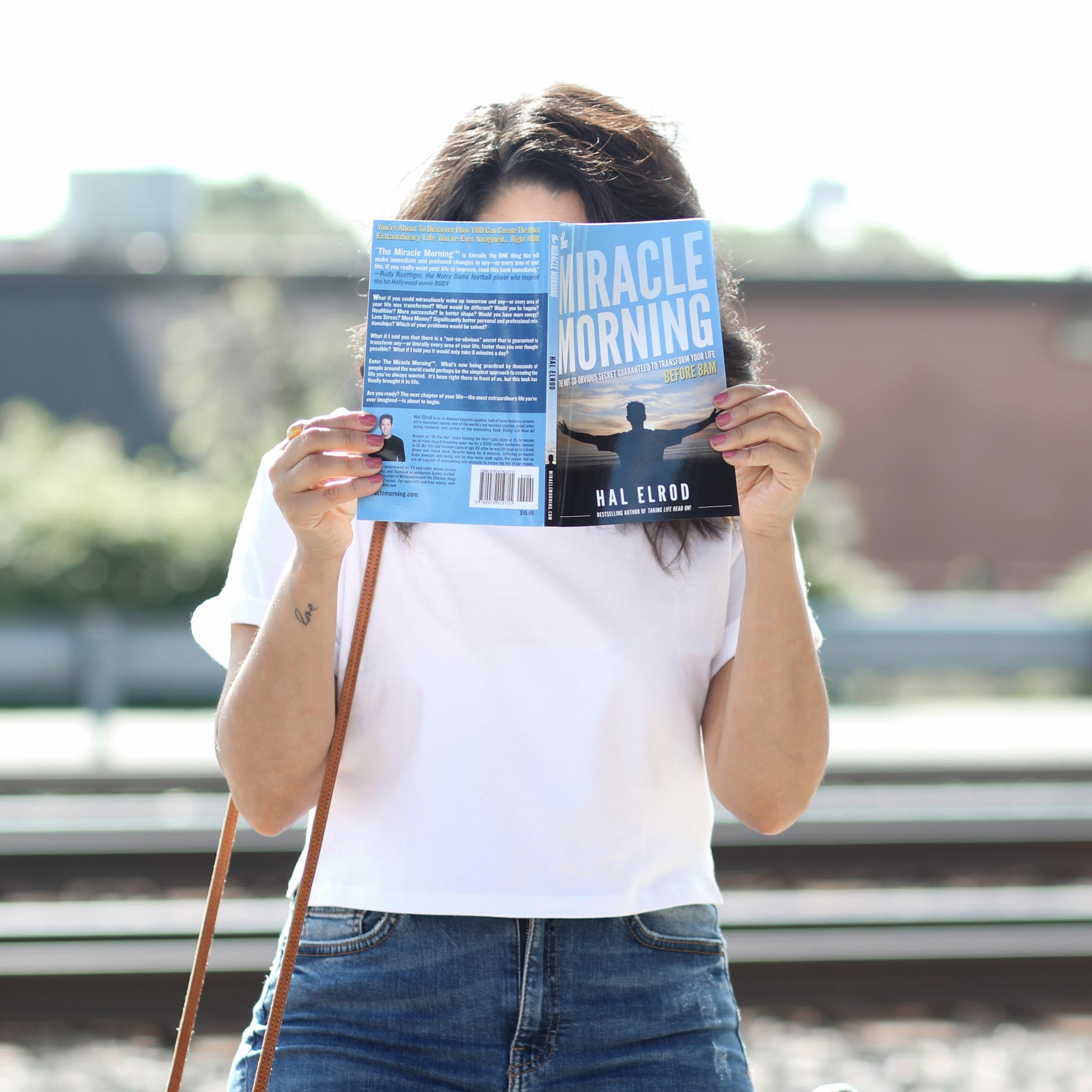 lifestyle blogger naty michele reading the miracle morning